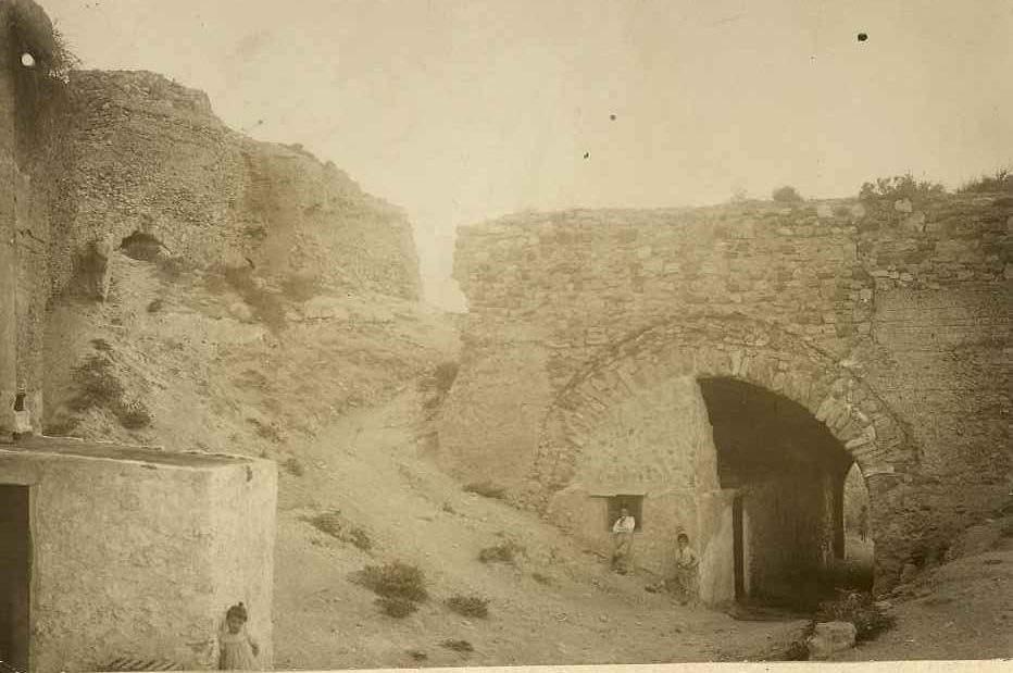 Puerta de la villa ocupada por viviendas 1905